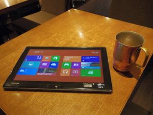 写真2 タブレット端末として使い、喫茶店でモバイル
