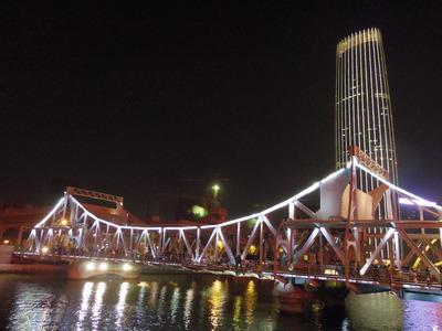 夜の解放橋と津塔