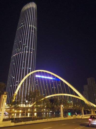 夜の大沽橋と津塔